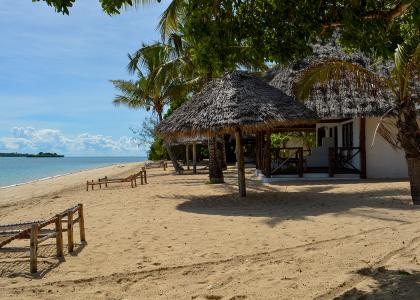 Hytterne ligger midt på stranden, lige ned til havet