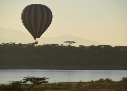 Safari i luftballon over Serengetis slette