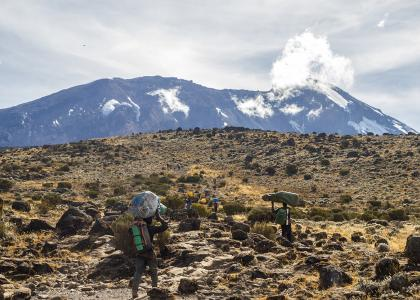Bærere på vej op på bjerget