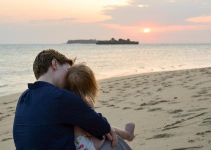 Nyd solnedgangen fra den private strand