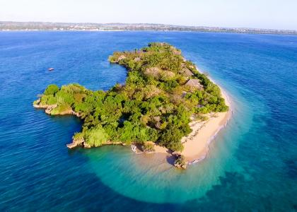 Chapwani Private Island set oppefra. Øen er kun 800 x 80 meter