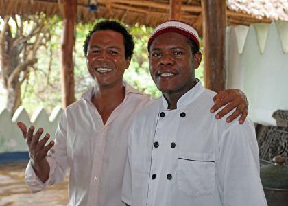 Ejeren Ali og en af de dygtige kokke byder velkommen