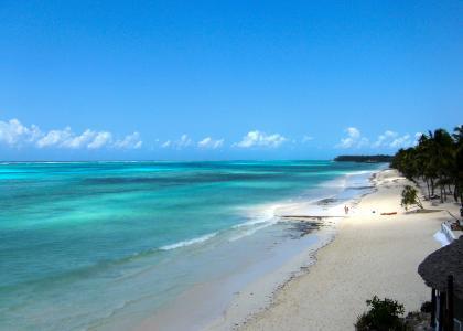 Fantastisk udsigt ned langs stranden ved Karafuu