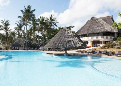 En af de store swimmingpools på Karafuu Beach Resort