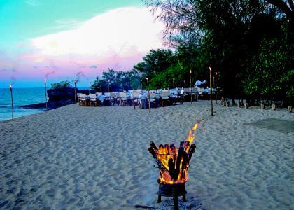 Om aftenen tændes der bål på stranden