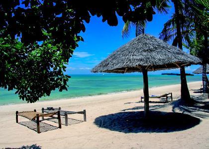 På stranden er der liggestole med madrasser og mulighed for skygge