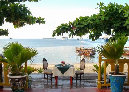 På Tembo Hotel kan man sidde og følge med i livet på stranden