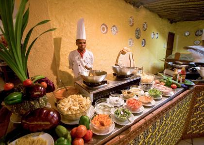 Til hvert måltid serveres der en stor buffet i Karafuus hovedrestaurant