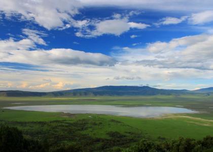 Udsigten fra toppen af Ngorongoro krateret over søen og skove