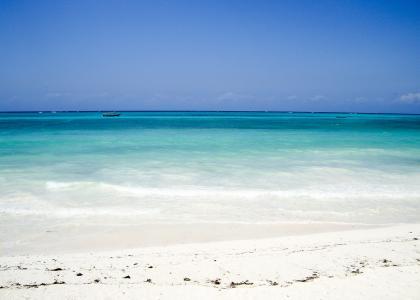 Ved Karafuu er der en dejlig ren og blød sandstrand, med det hvideste sand
